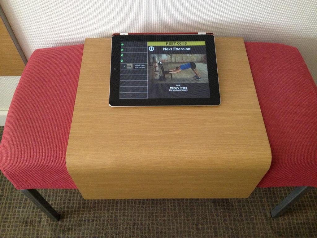 Descanso en la versión iPad, con ejercicio que puedes hacer en el banco de apoyar la maleta de un hotel de por ahí