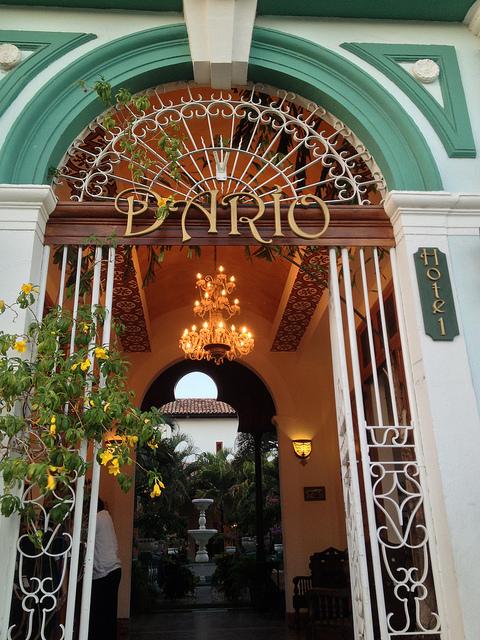Vista desde la puerta hacia el patio del Hotel Darío