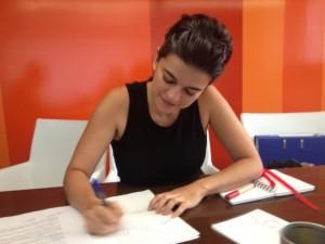 Bego firma la escritura de la empresa de traducción jurada Júramelo