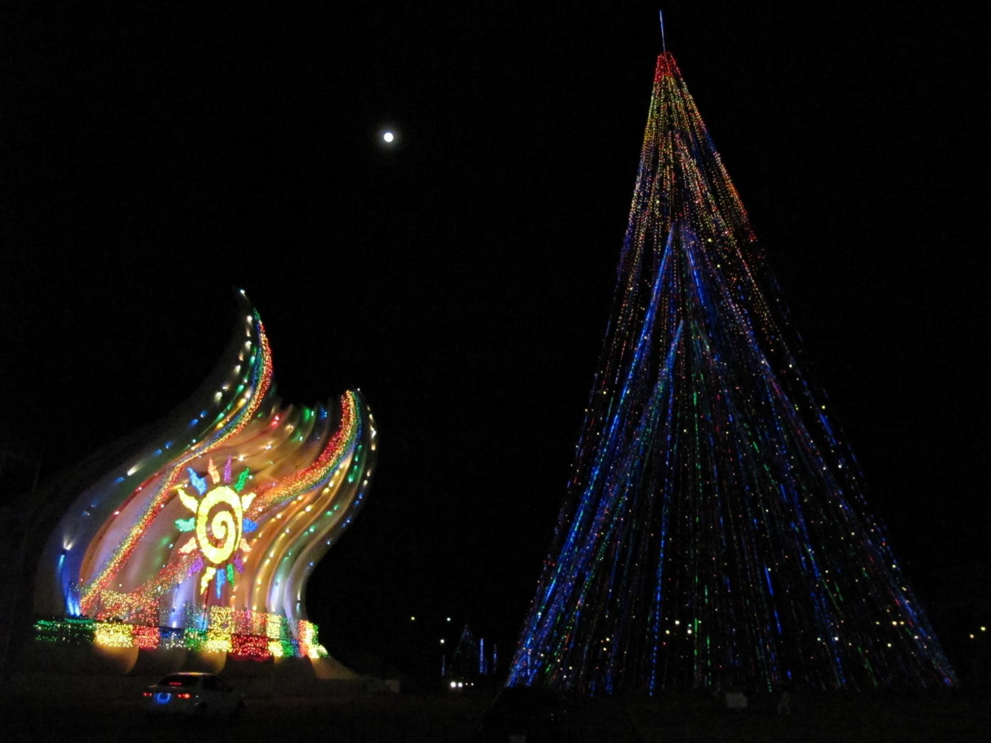 La luna, la «concha acústica» que hicieron para la visita del Papa, y un árbol de Navidad sin árbol, gigante.