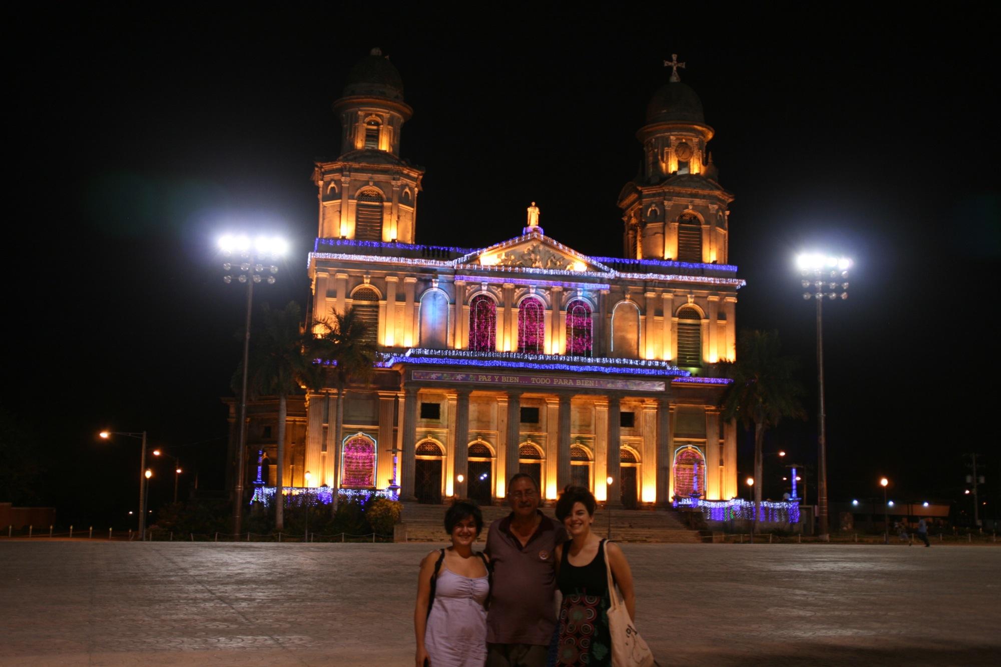 Espe, Roberto y Bego frente a la catedral de Managua.